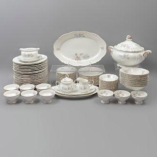 Servicio abierto de vajilla. Alemania. SXX. Elaborada en porcelana de Bavaria. Marca Edelstein. Consta de: sopera, cremera, otros.