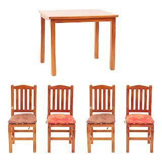 Antecomedor. Siglo XX. En talla de madera entintada. Consta de: Mesa y 4 sillas con cojines. 80 x 100 x 70 cm. (mesa)