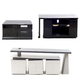 Lote de 3 piezas. Siglo XX. En talla de madera y metal. Consta de: Mueble para TV, buró y tocador. 64 x 150 x 48 cm. (mayor)