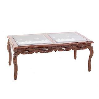 Mesa de centro. Siglo XX. En talla de madera. Cubierta rectangular con 2 cristales cuadrangulares biselados. 40 x 105 x 55 cm.