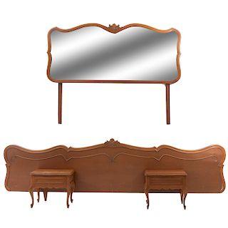 Lote de 4 piezas. Siglo XX. En talla de madera. Consta de: Cabecera king size, par de burós y espejo. 152 x 200 x 7 cm.