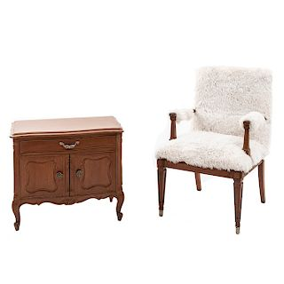 Buró y sillón. Siglo XX. En talla de madera. Buró con cubierta rectangular, cajón y puertas con tiradores. 60 x 70 x 40 cm.