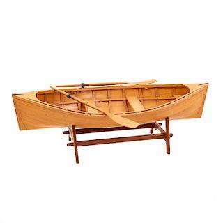 Mesa de centro. Siglo XX. Diseño a manera de canoa. En talla de madera. Con cubierta de cristal, remos y base. 30 x 151 x 58 cm.