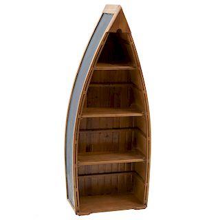 Librero. Siglo XX. En talla de madera. Diseño a manera de bote. Con 3 entrepaños. 129 x 50 x 26 cm.