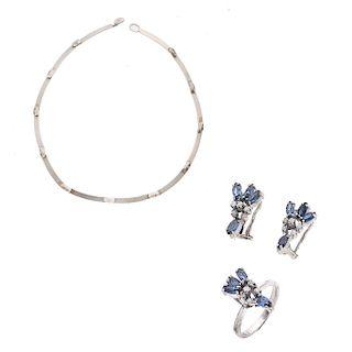 Gargantilla en plata .925 de la firma Lapponia. Diseño de barras. Peso: 18.5 g. Anillo y par de aretes con zafiros y diamantes.