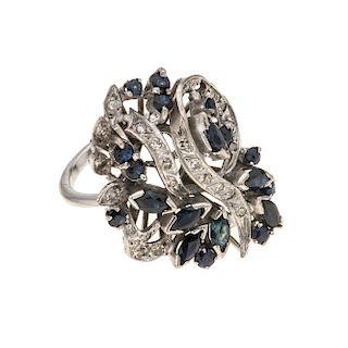 Anillo con zafiros y diamantes en plata paladio. 19 zafiros corte marquís y redondo. 17 acentos de diamantes. Talla: 6. Peso: 7.2 g.