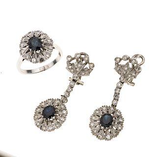 Anillo y par de aretes con zafiros y diamantes en plata paladio. 3 zafiros corte oval. 66 acentos de diamantes. Talla: 7 1/2.