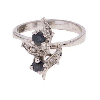 Anillo con zafiros y diamantes en plata paladio. 2 zafiro corte redondo. 3 diamantes corte 8 x 8. Talla: 6. Peso: 2.8 g.