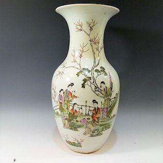 CHINESE ANTIQUE FAMILLE ROSE PORCELAIN VASE - 19TH CENTURY