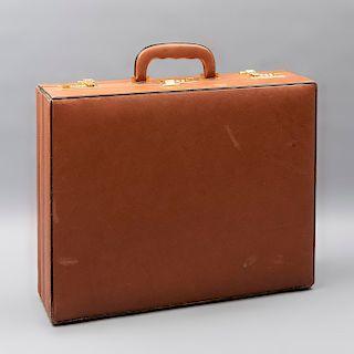 Portafolio. Marca Aries. Siglo XX. Elaborado en piel color marrón. Con 3 broches y compartimentos internos. 43 x 46 x 12 cm.