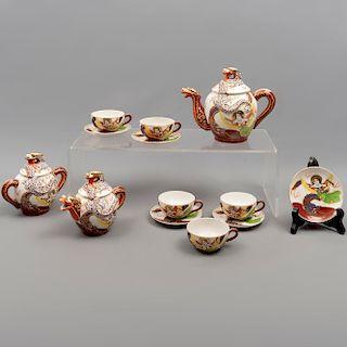 Juego de té. Japón. SXX. Estilo Satsuma. Elaborado en porcelana Lucky. Consta de: tetera, cremera, azúcarera, 5 tazas, otros. Piezas:13