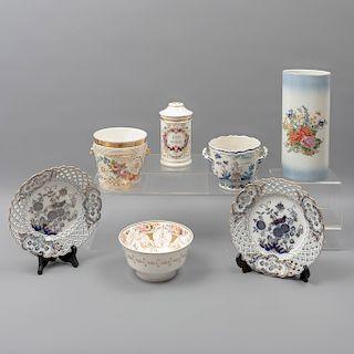 Lote de 7 piezas. Japón y Francia. SXX En porcelana. Algunos marca Satsuki y H. Vignier Pabt. Consta de: florero, botamen, tazón, otros