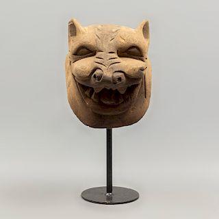 Máscara de jaguar. México. Siglo XX. En talla de madera. Con base de metal. 24 x 19 x 22 cm.