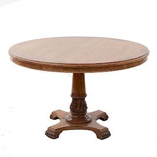 Mesa de comedor. Siglo XX. En talla de madera barnizada. Con cubierta circular y soportes amoldurados. 74 x 117 cm. Ø