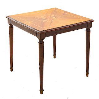 Mesa auxiliar. SXX. En talla de madera. Con cubierta cuadrangular. Decorada en marquetería. Dimensiones: 56 x 62 x 62 cm.