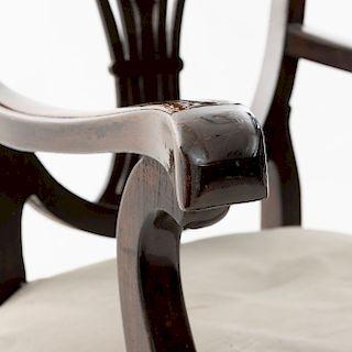 Lote de 6 sillas y 2 sillones. Siglo XX. Estilo Regencia. Con respaldos semiabiertos y asientos en tapicería color gris.