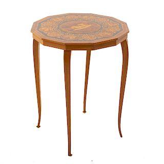 Lote de mesa nido, mesa auxiliar y curul. Siglo XX. En talla de madera. 63 x 53 x 53 cm. (mayor)