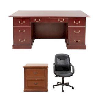 Lote de 3 muebles. SXX. En talla de madera, sintético y metal. Consta de: Escritorio, archivero y sillón ejecutivo. 78 x 183 x 91 cm.