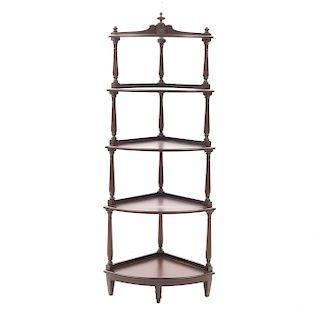 Mueble esquinero. SXX. En talla de madera. Con 4 entrepaños y fustes arquitectónicos. 158 x 58 x 41 cm.