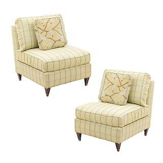Par de sillones. Siglo XX. En talla de madera. Tapicería lineal y floral color verde. Con respaldos cerrados y asientos con cojines.
