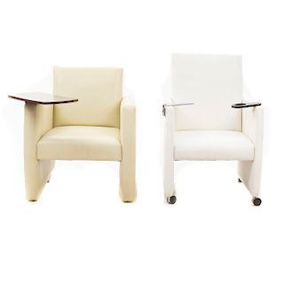 Lote de 2 sillones. Siglo XXI. Elaborado en material sintético. Tapicería en vinipiel color blanco y beige. Uno con portavasos.