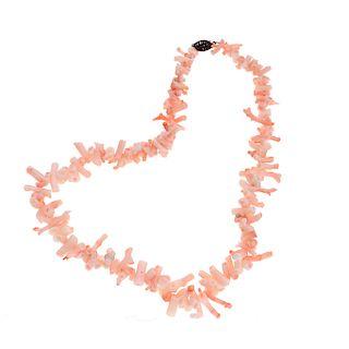 Collar con cilíndros de corales con broche en metal base. Peso: 37.6.