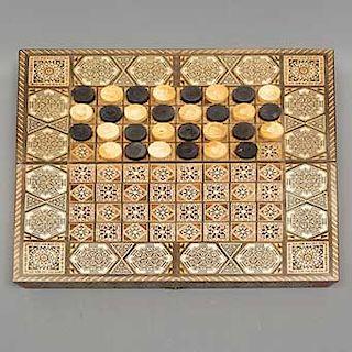 Tablero de backgammon y damas chinas. SXX. En madera barnizada. Decoración en marquetería. Incluye fichas. Piezas: 31.