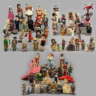 Lote de 69 muñecos. Diferentes orígenes, diseños, materiales y marcas. SXX. Ataviados con vestimenta típica de diferentes regiones.