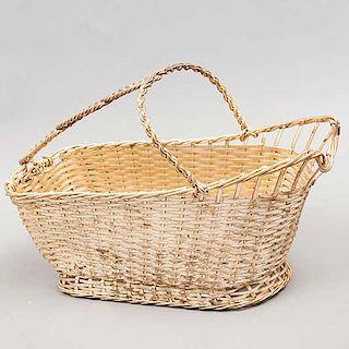 Canasta para vino. Marca Christofle. Francia. Siglo XX. Diseño a manera de mimbre tejido. Elaborada en metal. 17 x 10 x 25 cm.