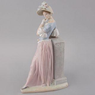 Mujer con sombrilla. España, siglo XX. Elaborada en porcelana Lladró acabado brillante. 38 cm de altura.