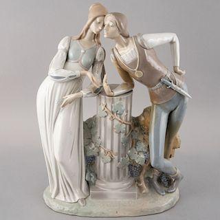 Romeo y Julieta. España, siglo XX. Elaborada en porcelana Lladró acabado brillante. 44 x 32 x 14 cm