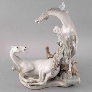 Escultura ecuestre. España, siglo XX. Elaborada en porcelana Lladró acabado brillante. 38 x 35 x 32 cm