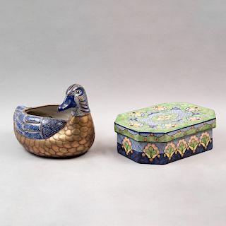 Lote de talavera. Consta de pato con láminado de latón y alhajero con motivos florales y azul cobalto. Piezas: 2