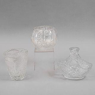 Lote de artículos decorativos. Siglo XX. Elaborado en cristal cortado y cristal de bohemia rojo. Decorados con motivos geométricos.Pz:4