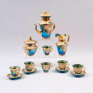 Juego de té. Siglo XX. Elaborado en crista de bohemia color verde con aplicaciones de motivos florales. Piezas: 11