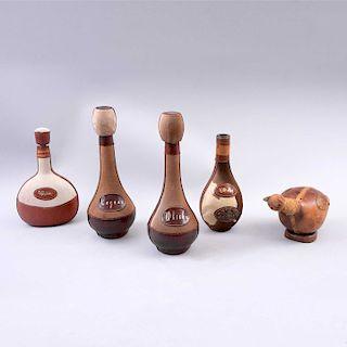 Lote de 5 licoreras. México. Siglo XX. Elaboradas en vidrio y recubrimiento de piel de venado y ternera. Una con diseño zoom...