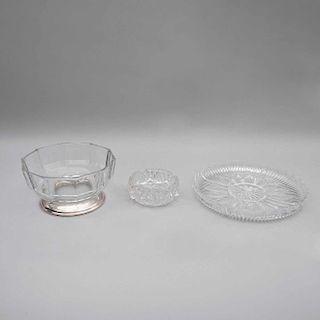 Lote mixto de cristalería. Siglo XX. Elaborados en vidrio prensado y cristal transparente. Decorados con motivos geométricos. Pz: 50