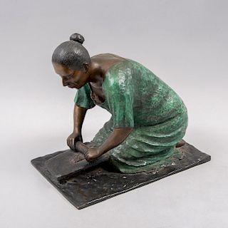 M. González. Escultura de mujer sentada. Firmada. Mujer con petate. 26 x 29 x 19 cm