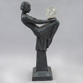 Escultura de Femme Fatale. Estilo Art Decó. Elaborada en terracota con esfera de vidrio. 61 cm de altura.