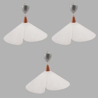 Lote de lámparas de techo. De la marca Victoria. Pantallas elaboradas en cristal opaco con chapetón de metal cromado. Pz: 3