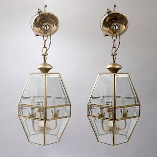 Par de lámparas de techo. México, siglo XX. Estructura de latón dorado con pantallas de cristal biselado. Diseño hexagonal. Pz: 2