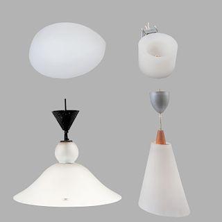 Lote mixto de lámparas de techo y arbotantes. De la marca Victoria. Con pantallas de cristal opaco y aplicaciones de metal.Pz:4