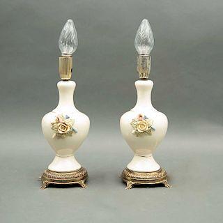 Par de lámparas de mesa. Siglo XX. Elaboradas en cerámica y metal. Electrificadas para una luz. Decoradas con esmalte dorado, otros.