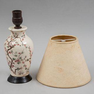 Lámpara de mesa. Siglo XX. Fuste de porcelana policromada con base de madera y pantalla de papel amate. Para 1 luz.
