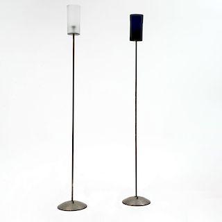 Lote de lámparas de pie. Siglo XX. Fustes tubulares de metal pulido, bases circulares y pantallas de vidrio cilíndricas. Pz: 2