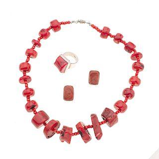 Collar, anillo y par de aretes con corales en plata .925. Diferentes tallas y medidas de los corales. Talla anillo: 7. Peso: 1...