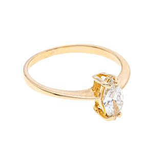 Anillo con diamante corte marquís en oro amarillo de 10k. Talla: 4. Peso: 1.5 g.