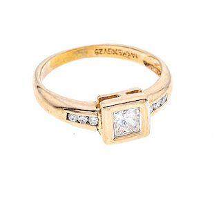 Anillo con diamantes en oro amarillo de 14k. 7 diamantes corte princesa y 8 x 8. Talla: 5. Peso: 2.5 g.