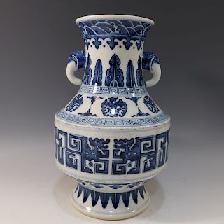 CHINESE ANTIQUE BLUE WHITE VASE - QIANLONG MARK AND PERIOD