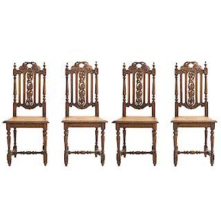 Lote de 4 sillas. Francia. Siglo XX. Estilo Enrique II. En talla de madera de roble. Con respaldos semiabiertos y asientos de bejuco.